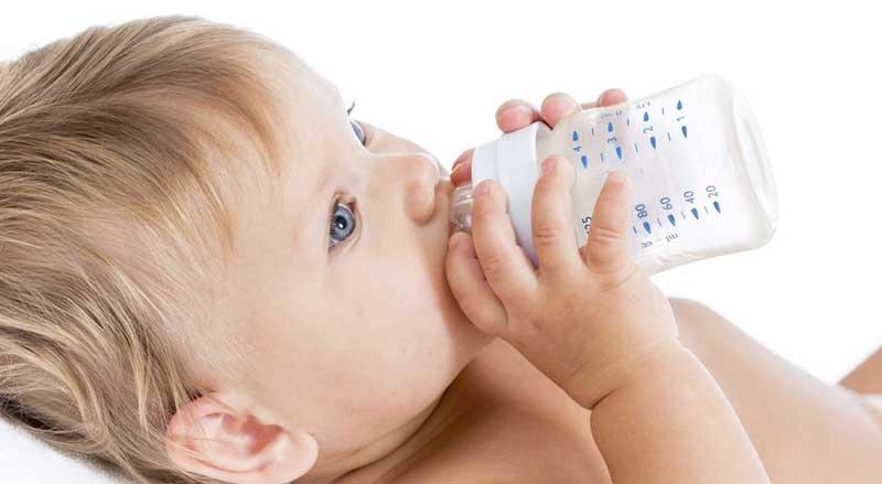 Os bebés devem beber água